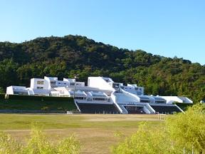 右隣の幼稚園も左隣の中学校も石井 和紘の設計です