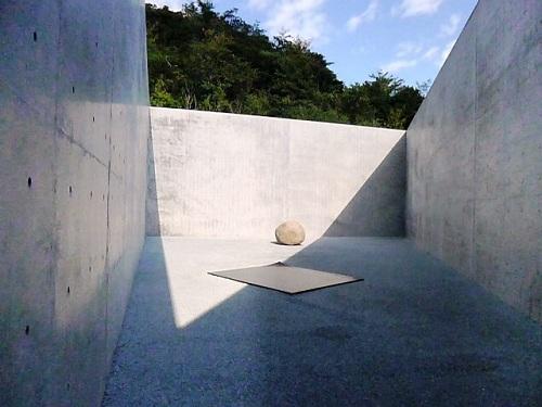 地中美術館にもある三角形の中庭です