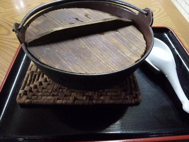 鉄鍋に木の蓋です