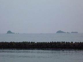 空も海も島も灰色です