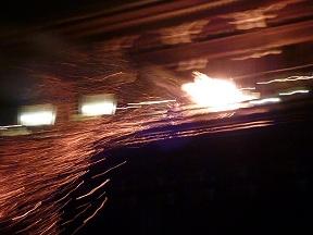火の粉を振りまきながら