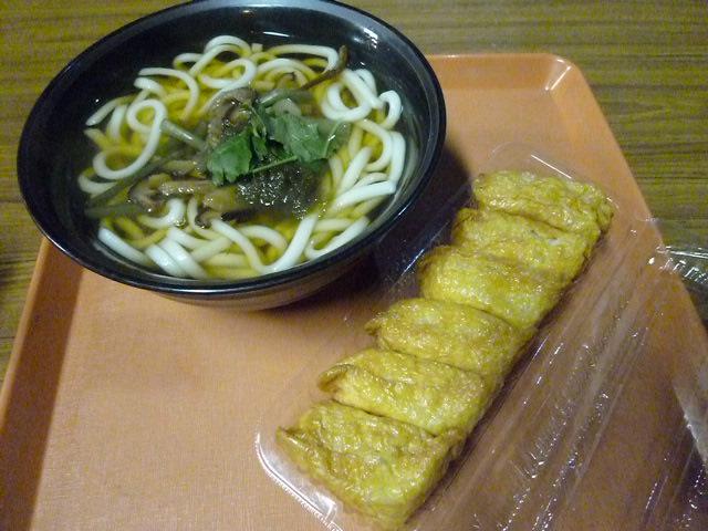 こちらは山菜うどんといなり寿司