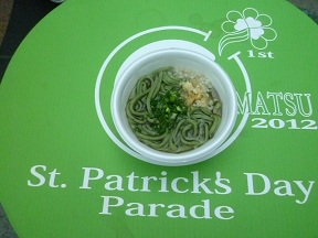 緑のテーブルに緑の麺,しかもネギまで緑色
