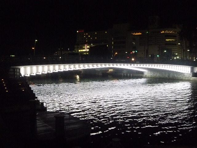 橋の下に白いLEDです