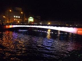 橋の振動・騒音に反応して色が変わるんですって