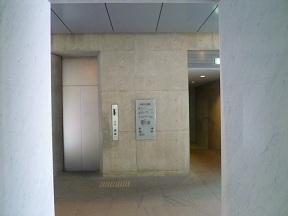 新しく設置されたエレベーターホールには,打ちっぱなしのコンクリートが