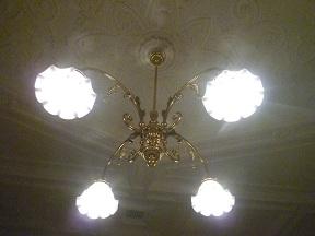 貴賓室のシャンデリアは,当時の素材を再現した特注品です