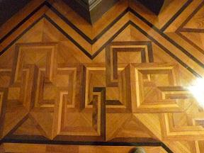 床の木組みは2色の黒檀だそうです