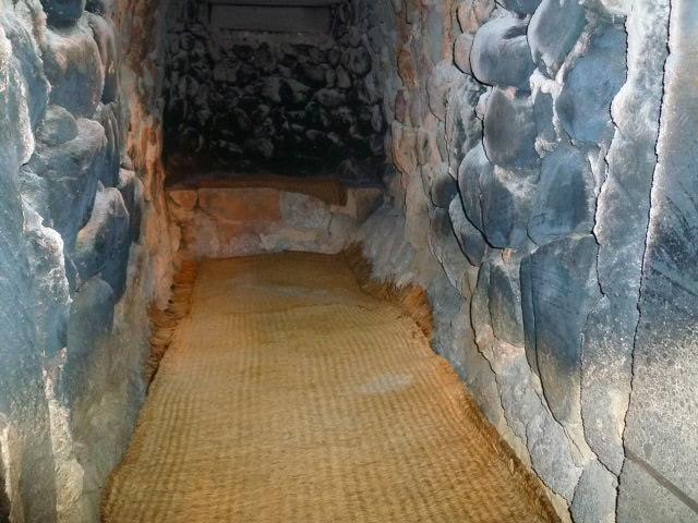 古墳の石室みたいです