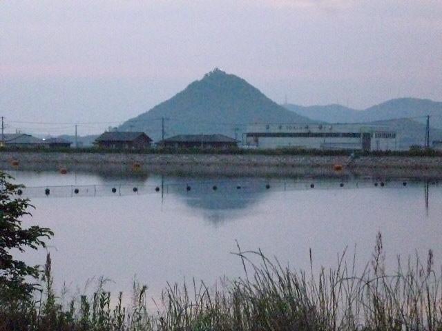 ため池の向こうには白山