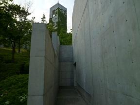 コンクリートのスリットでつくる通路は安藤建築の特徴の1つです