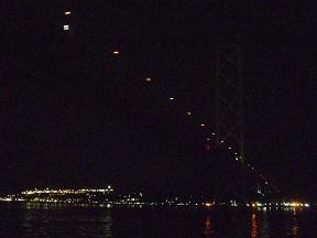 時刻は23:30 橋のライトアップも終わってます