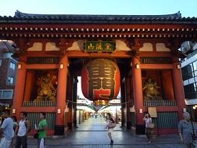 浅草といえばここですね 記念写真撮っている人のほとんどが日本語以外の言葉をしゃべってます