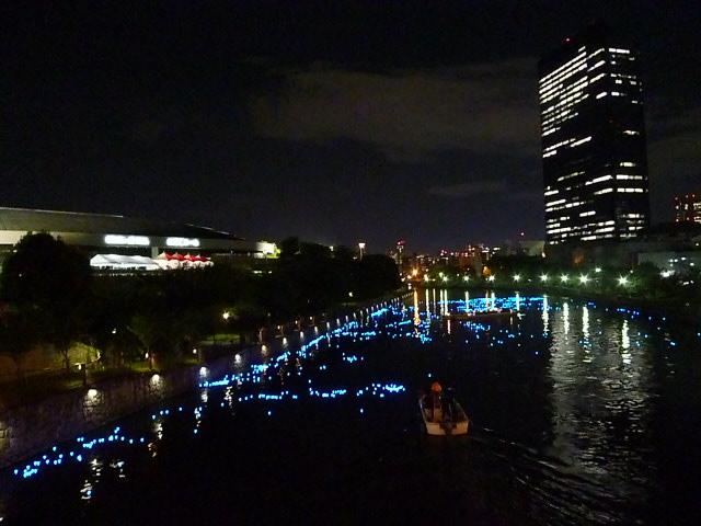 左は大阪城ホールです
