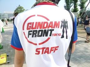 スタッフの制服もガンダムっぽい色合いです