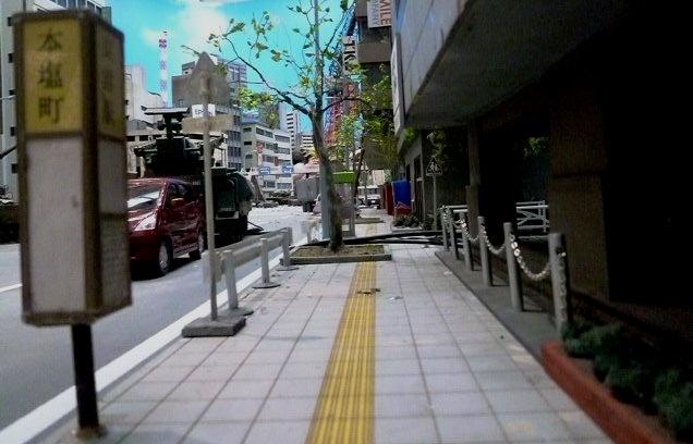 人通りが見えないようですが,車道には戦車?