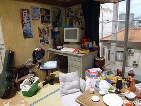 すごく細かいとこまで作りこまれている室内。男の子の部屋でしょうね。壁のポスターまで特撮作品です