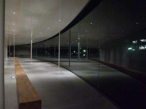 外壁がガラス張りなので外からも中からもよく見えます