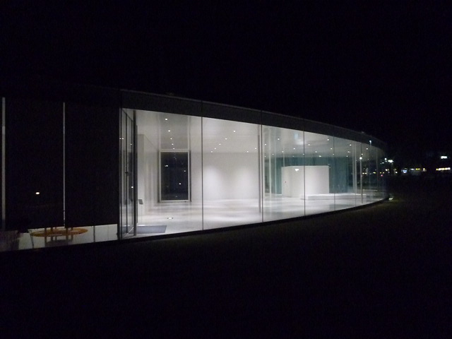 美術館の反対側まで見通すことができる,直線の通路も開放感の1つです