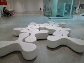 地下にもギャラリーがあります この三翼椅子もSANAAの設計です