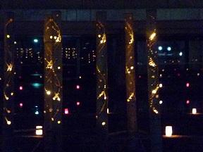 竹に模様を彫りこんで中に灯りが入ってます