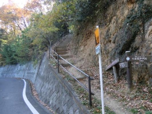 林道から急階段