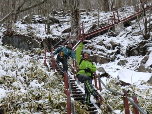 鉄階段でとんでもないコンビ