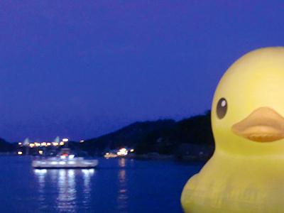 尾道大橋をバックにラバーダック(巨大アヒル)と渡船