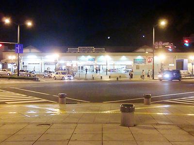 駅前広場から尾道駅を望む
