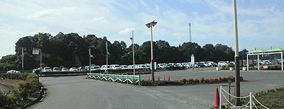 3連休最終日の遊園地開園前の駐車場