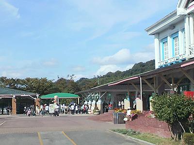 3連休最終日の遊園地開園前ゲート風景