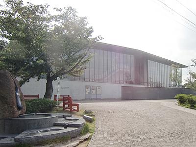 2003年1月に世界的な建築家『安藤忠雄』氏の設計に基づいてリニューアルされた尾道市立美術館