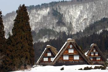 茅葺き屋根の雪がだんだん少なく