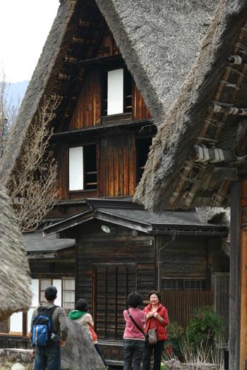 神田家を背景に記念写真