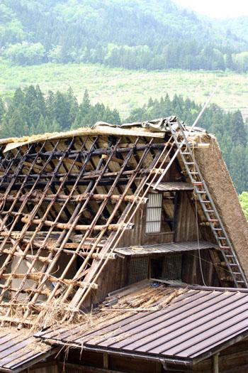 茅葺き屋根の葺き替え①