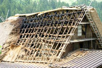 茅葺き屋根の葺き替え②