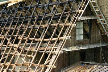 茅葺き屋根の葺き替え③