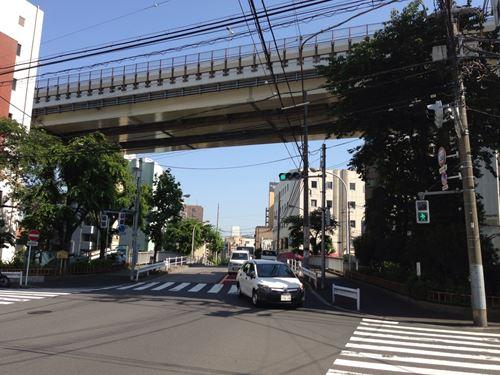 二つ目の信号、上に首都高_R