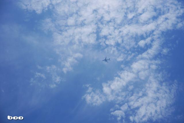 青い空に溶け込む飛行機