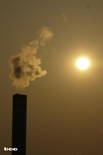 煙突と照りつける太陽