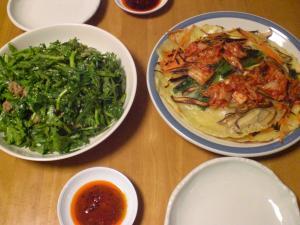 春菊と牛バラ肉のサラダ・チジミ風