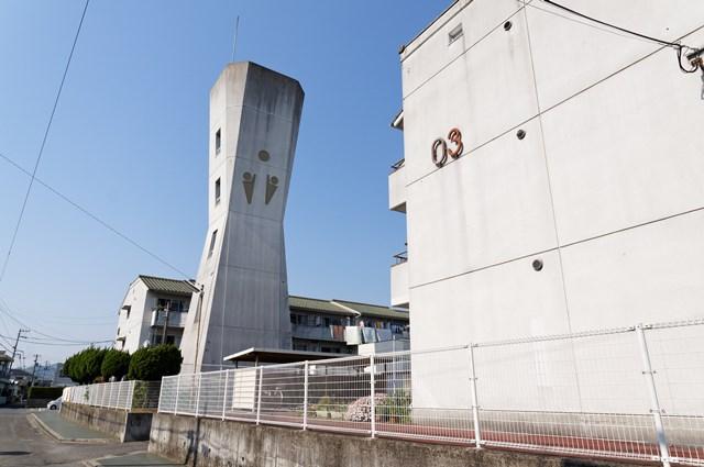愛媛県営久米団地の給水塔南面と住棟