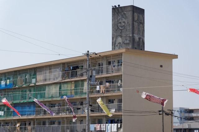 愛媛県営森松団地の給水塔とこいのぼり