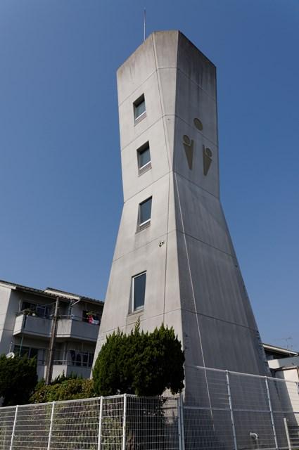 愛媛県営久米団地の給水塔西面