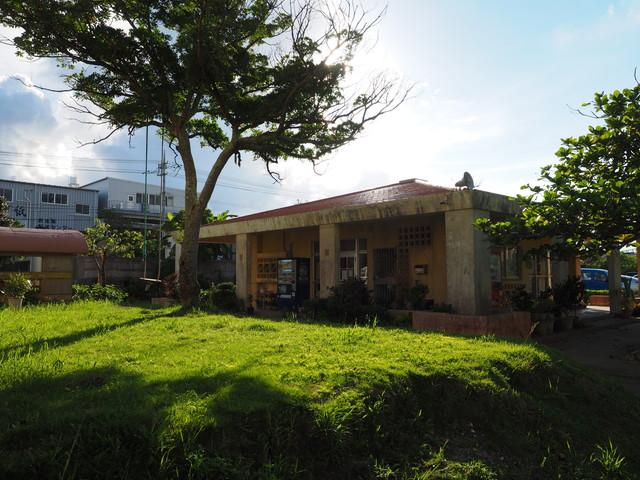 沖縄県営大頓団地の集会所とブランコ