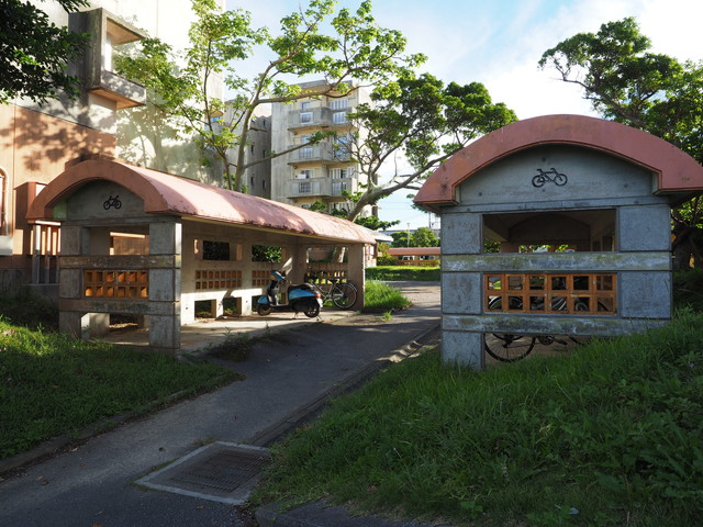 沖縄県営大頓団地の自転車置き場