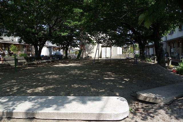 愛媛県営森松団地のテラスハウス付近公園