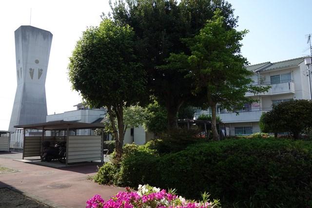 愛媛県営久米団地の給水塔東面と住棟