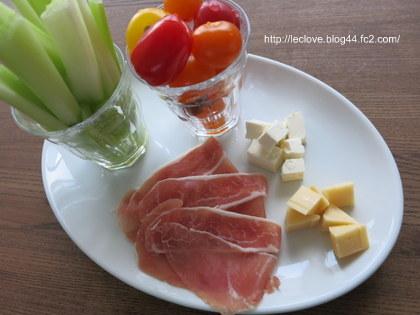 生ハムとチーズとスティック野菜