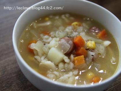 ソーセージと押し麦の生姜コンソメスープ